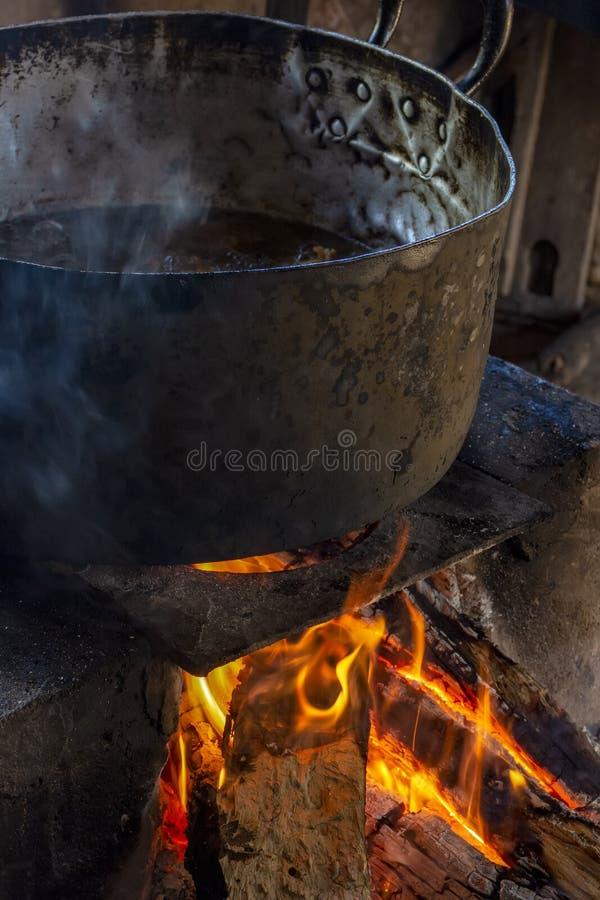 Alimento brasileiro tradicional que est? sendo preparado no fog?o de madeira velho e popular imagem de stock royalty free