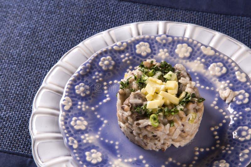 Alimento brasiliano Baiao de 2, fagioli con riso, carne e formaggio immagine stock