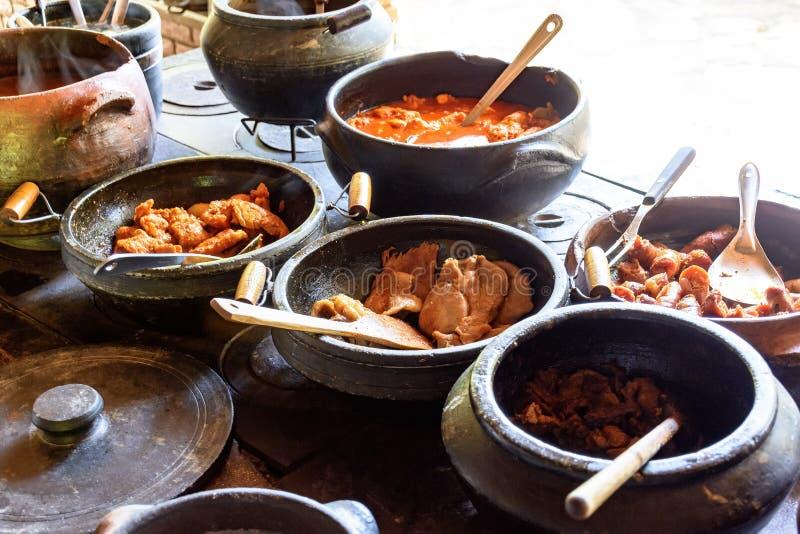 Alimento brasiliano tradizionale che è preparato in vasi di argilla immagine stock libera da diritti
