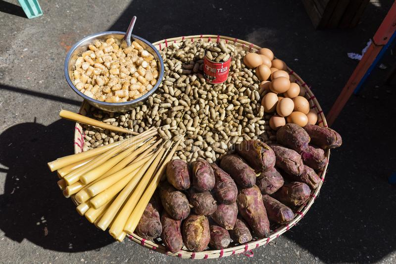 Alimento burmese tradicional da rua em Yangon, Myanmar imagem de stock