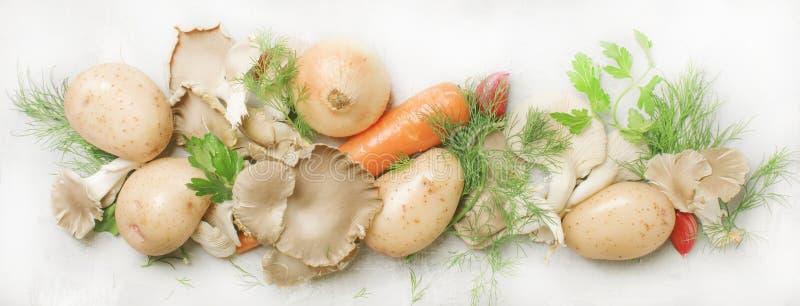 Alimento che cucina fondo, verdure, erbe, ingredienti per la zuppa di fungo vegetariana, vista superiore, insegna posta piana fotografie stock libere da diritti