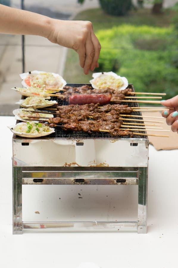 Alimento che cucina sulla griglia immagini stock
