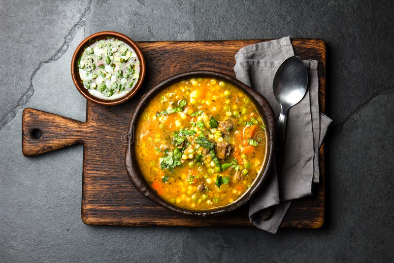 Alimento chileno latino-americano Carbonara chileno tradicional Carne cozido com abóbora, batatas e vegetais na argila fotos de stock