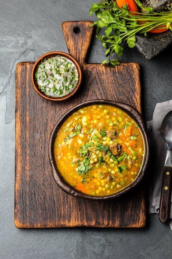 Alimento chileno latino-americano Carbonara chileno tradicional Carne cozido com abóbora, batatas e vegetais na argila imagem de stock
