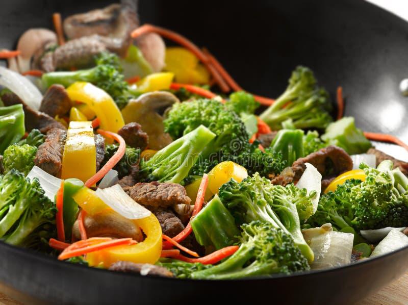 Alimento chinês - close up da fritada do stir do wok fotografia de stock royalty free
