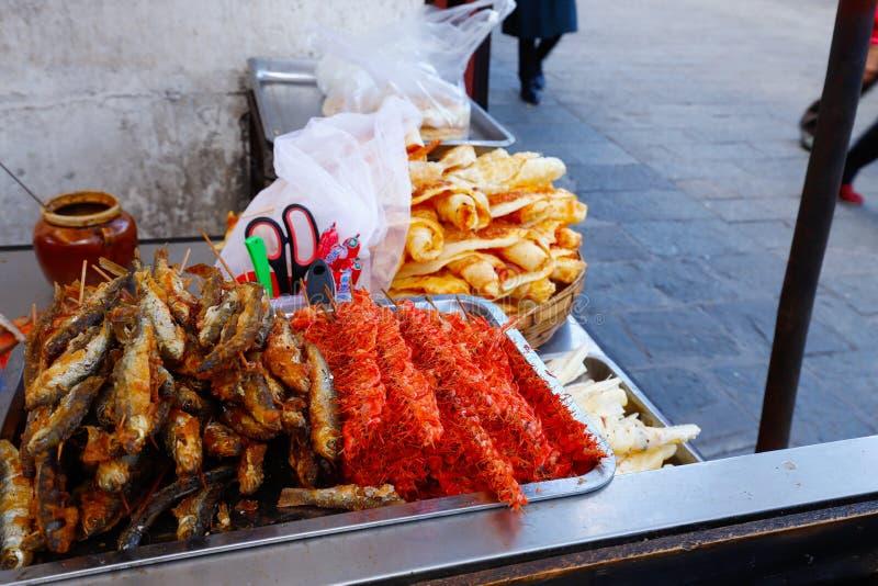 Alimento chinês da rua na cidade velha de Dali, Yunnan, China r fotos de stock
