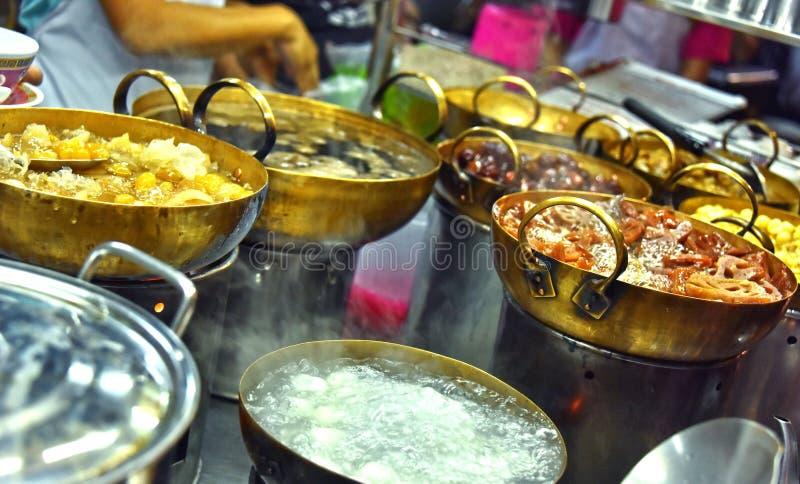 Alimento chinês da rua vendido no bairro chinês de Banguecoque fotografia de stock