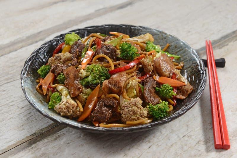 Alimento chinês - Yakissoba imagens de stock