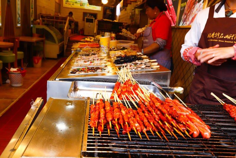 Alimento cinese della via nella vecchia citt? di Dali, il Yunnan, Cina Dali, il Yunnan, Cina - novembre 2018 immagine stock libera da diritti