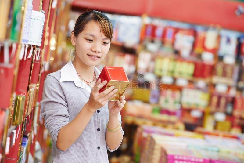 Alimento cinese di acquisto della donna fotografie stock libere da diritti