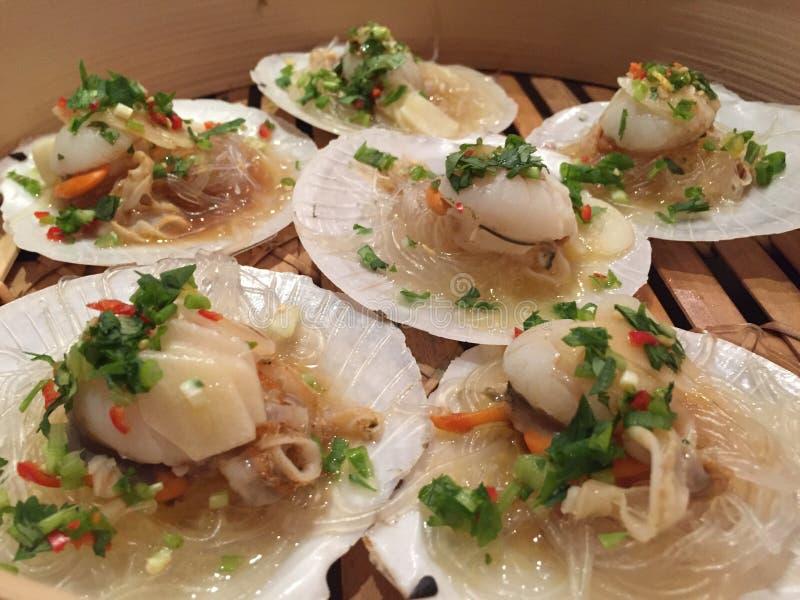 Alimento cinese - vongole cotte a vapore e verdure tagliate fotografia stock libera da diritti