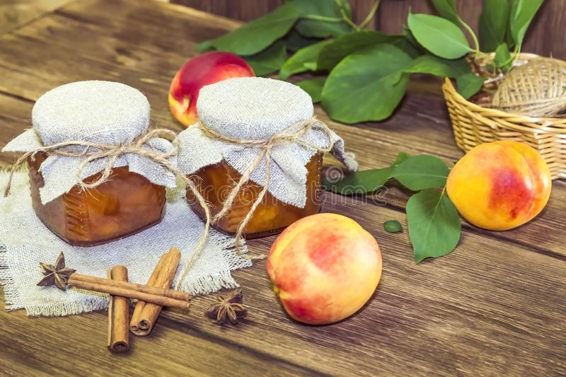 Alimento, colheita, fruto enlatado Doce caseiro do doce picante do pêssego em um frasco de vidro da canela madura fresca dos frut fotos de stock