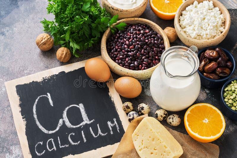 Alimento com cálcio Uma variedade de alimentos ricos no cálcio Quadro indicador com o palavra-cálcio Vista superior fotografia de stock royalty free