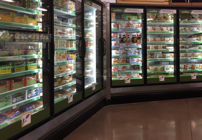 Alimento congelado na venda da refrigeração imagem de stock royalty free