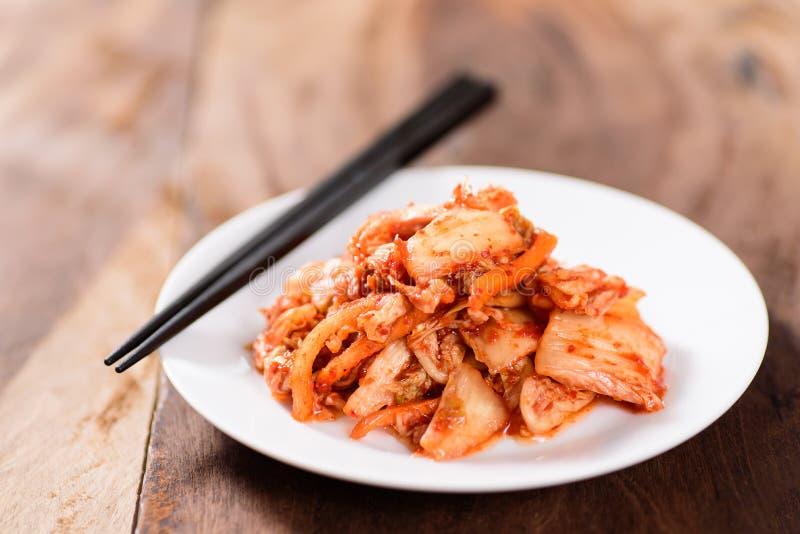 Alimento coreano, cavolo di kimchi sul piatto bianco immagine stock libera da diritti