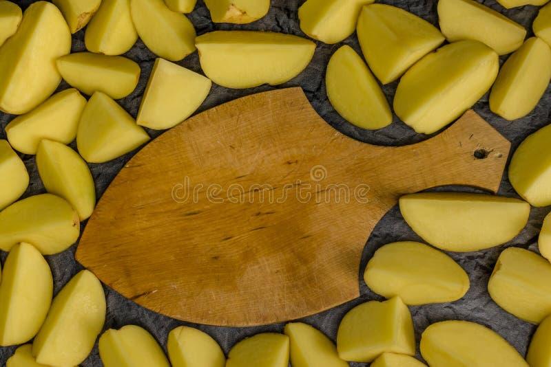 Alimento cortado cru das batatas Fundo da batata foto de stock