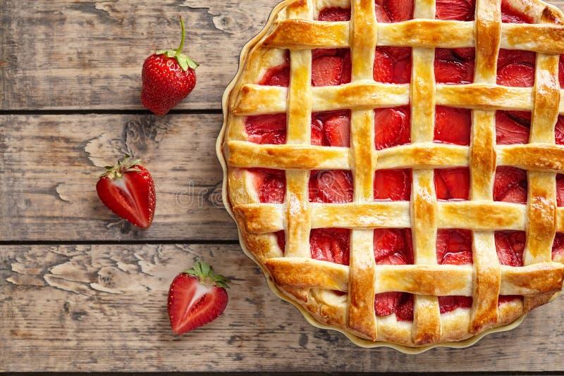Alimento cozido tradicional da pastelaria do bolo da galdéria da torta da morango do verão imagem de stock royalty free