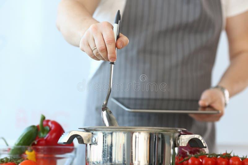 Alimento culinário de gravação de Vlogger Knead Vegan do cozinheiro chefe imagem de stock royalty free
