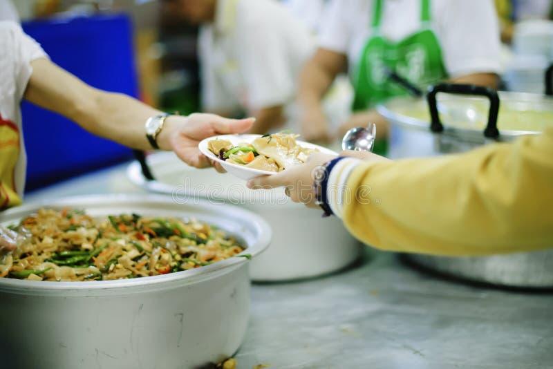 Alimento d'alimentazione a povero, facendo uso delle rimanenze per alimentare l'affamato: concetto che serve alimento libero al p immagini stock