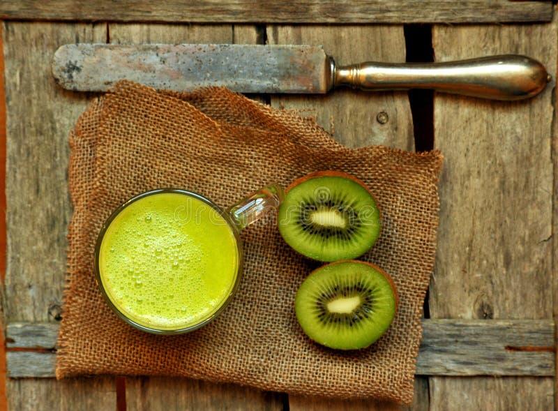 Alimento da desintoxicação com smootie do quivi em uma tabela de madeira imagens de stock