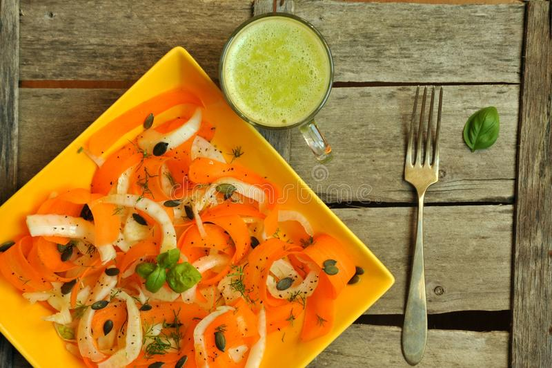 Alimento da desintoxicação com vegetariano, salada crua e suco de fruto foto de stock royalty free