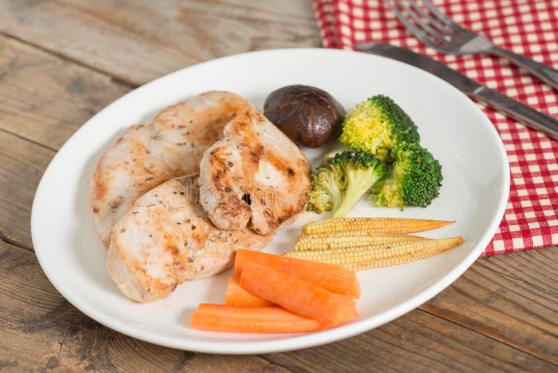 Alimento da dieta, galinha grelhada e vegetal fotografia de stock