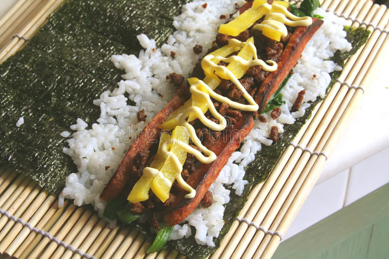 Alimento da fusão, o rolo na moda do arroz fotos de stock