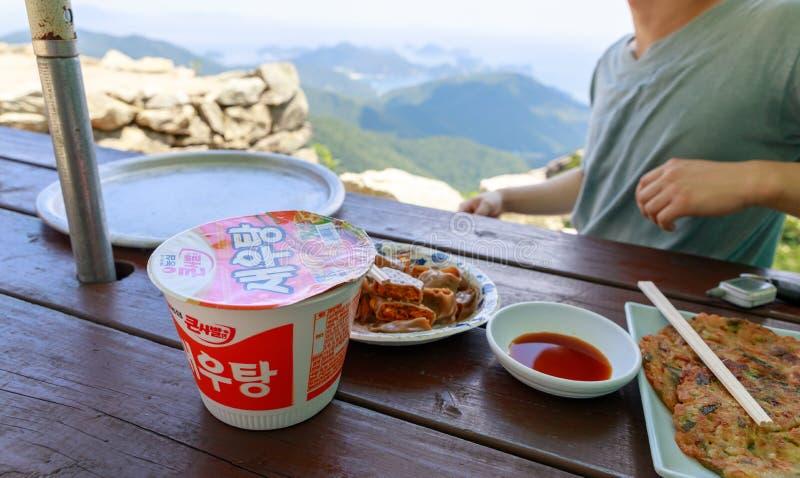 Alimento da montanha na casa de campo da montanha de Geumsan perto do templo de Boriam no condado de Namhae fotografia de stock