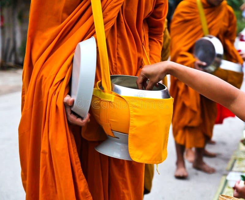 Alimento da oferta à monge no amanhecer fotos de stock