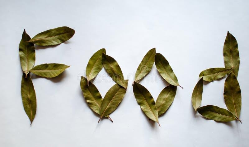 Alimento da palavra Folhas do louro no fundo branco imagens de stock