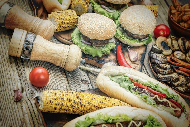 Alimento da rua, cheeseburger, fast food caseiro, Hamburger, petisco, assado, BBQ, vista superior imagem de stock