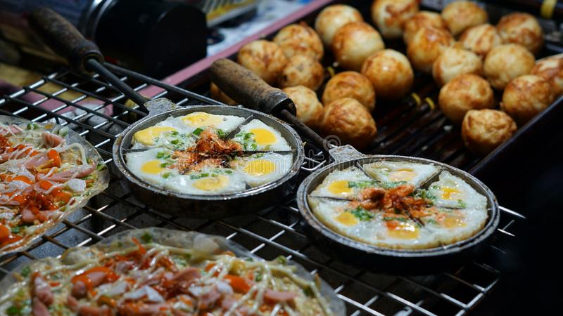 Alimento da rua de Vietname no mercado da noite imagem de stock royalty free