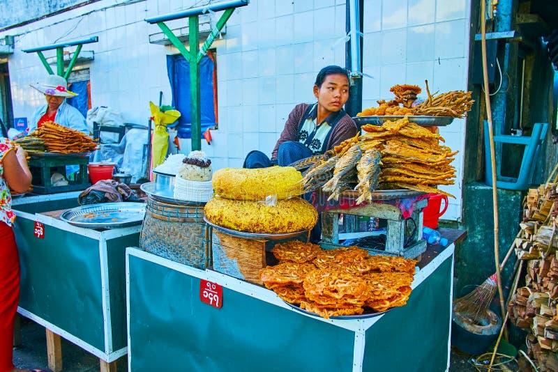 Alimento da rua em Kyaiktiyo, Myanmar fotos de stock
