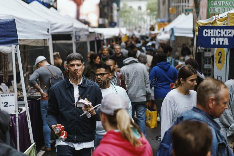 Alimento da rua em New York em uma manhã ocupada fotos de stock