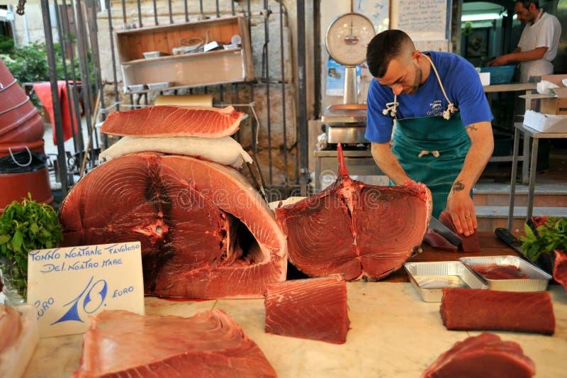 Alimento da rua em Palermo, Itália com o vendedor dos peixes de atum fotos de stock royalty free