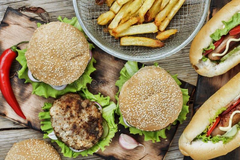Alimento da rua, hamburguer fresco, carne do hamburguer, vários molhos, foo rápido imagem de stock