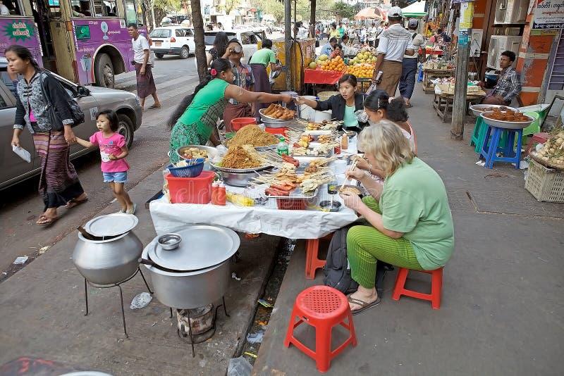 Alimento da rua, Yangon, Myanmar fotos de stock royalty free