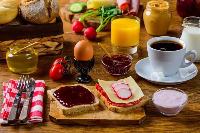 Alimento da tabela de café da manhã imagens de stock royalty free