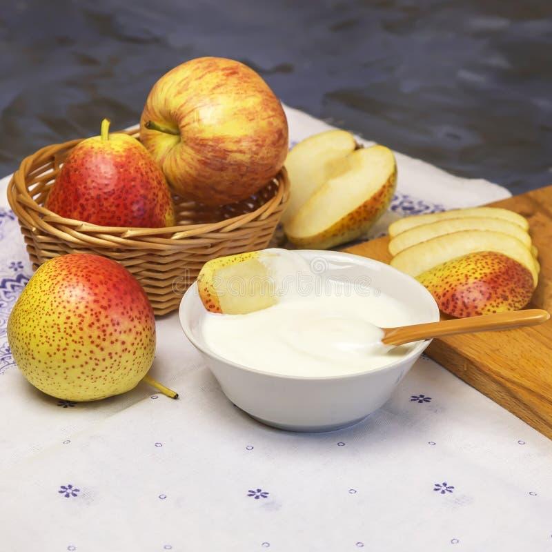 Alimento, alimento da vitamina da dieta saudável Produto de leite Iogurte cremoso natural em uma bacia com partes frescas de frut fotos de stock