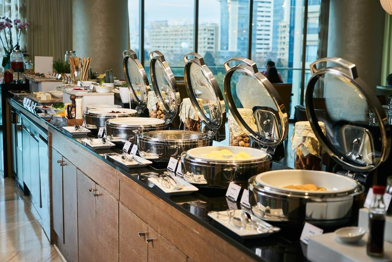 Alimento de abastecimento do bufete no restaurante do hotel, close-up celebration imagens de stock
