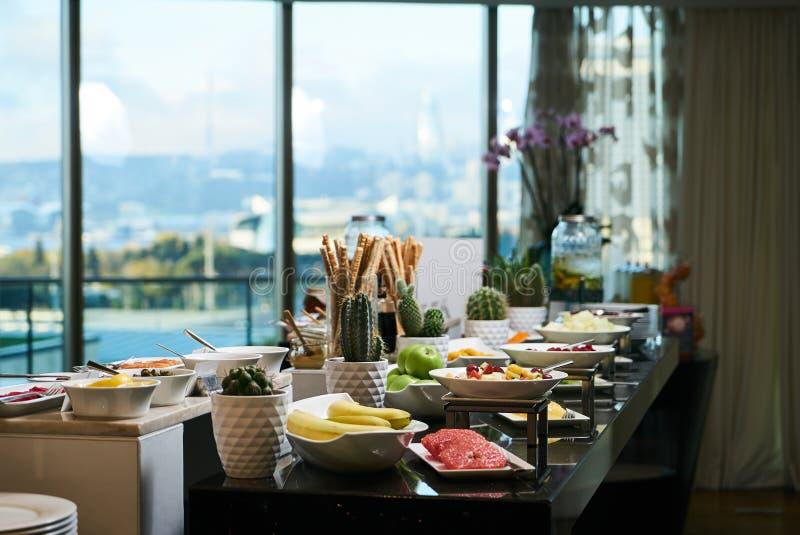 Alimento de abastecimento do bufete no restaurante do hotel, close-up celebration imagem de stock