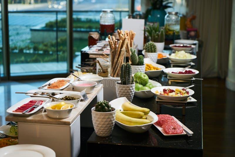 Alimento de abastecimento do bufete no restaurante do hotel, close-up celebration fotografia de stock royalty free