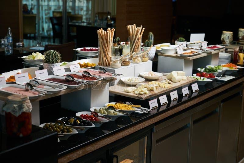 Alimento de abastecimento do bufete no restaurante do hotel, close-up celebration fotos de stock royalty free