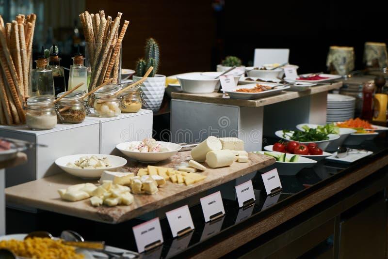 Alimento de abastecimento do bufete no restaurante do hotel, close-up celebration imagem de stock royalty free
