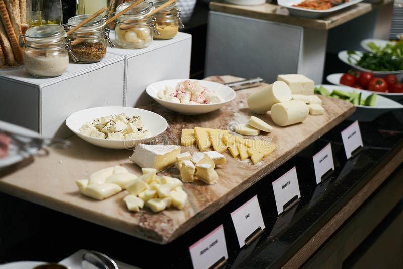 Alimento de abastecimento do bufete no restaurante do hotel, close-up celebration foto de stock