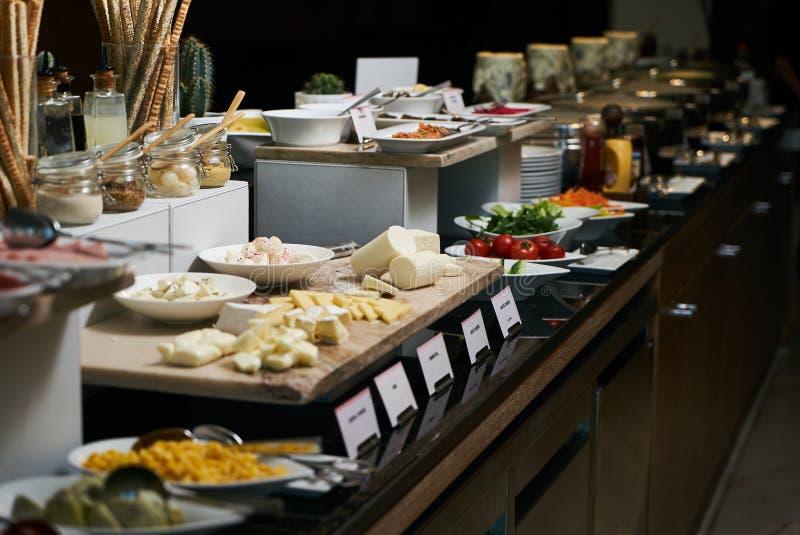 Alimento de abastecimento do bufete no restaurante do hotel, close-up celebration imagens de stock royalty free