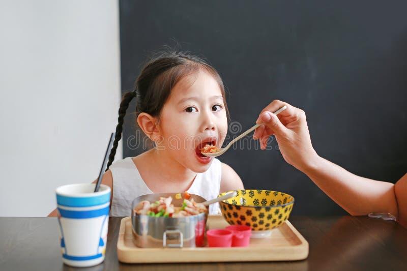 Alimento de alimentação da mãe para sua filha imagens de stock