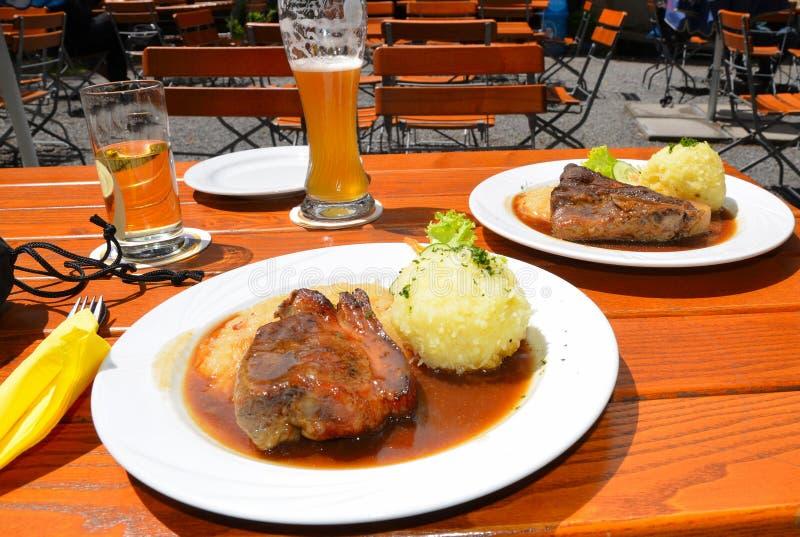 Alimento de Baviera de la cerveza de la carne asada del cerdo imagenes de archivo