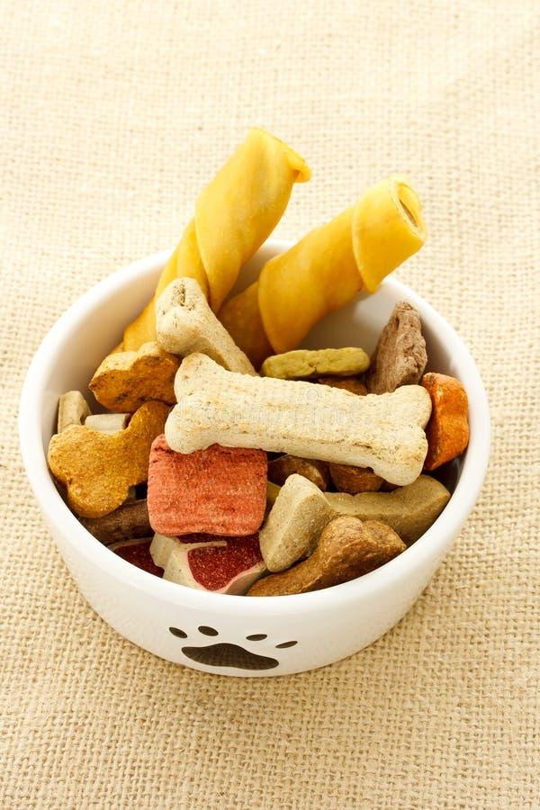 Alimento de cão na bacia do cão fotografia de stock