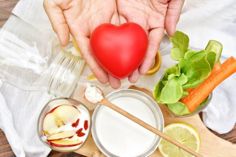 Alimento de café da manhã saudável, grões do kefir na colher de madeira, alimento fermentado orgânico foto de stock royalty free